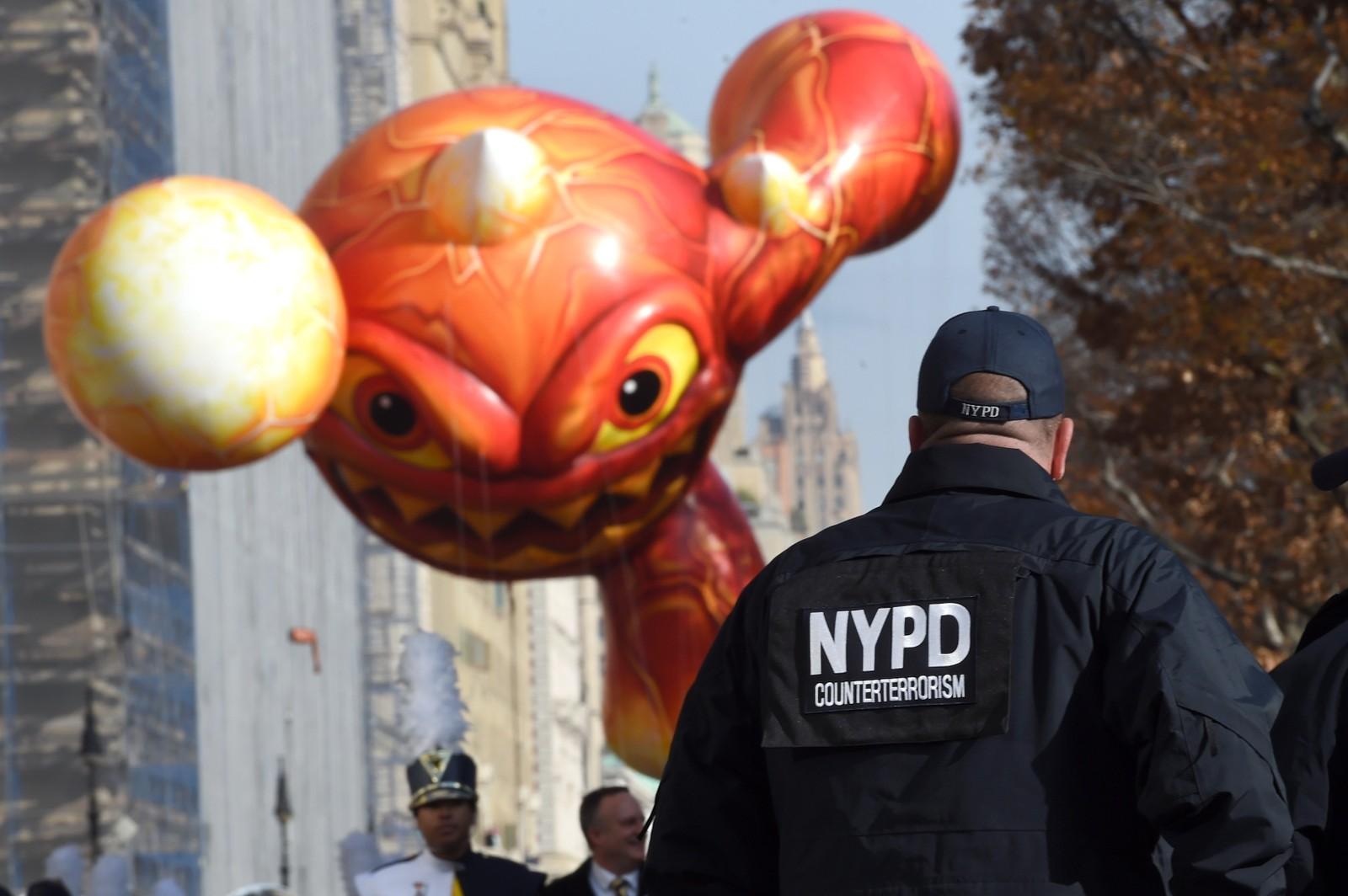 Ekstra mye antiterror-politi var tilstede for å passe på da den 89. Macys Thanksgiving Day Parade gikk av stabelen i New York torsdag.