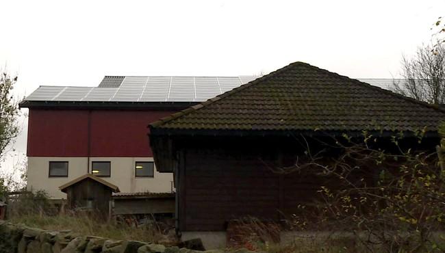 Saga Energys hittil eneste fullførte prosjekt. Et solcelletak på en låve i Stavanger