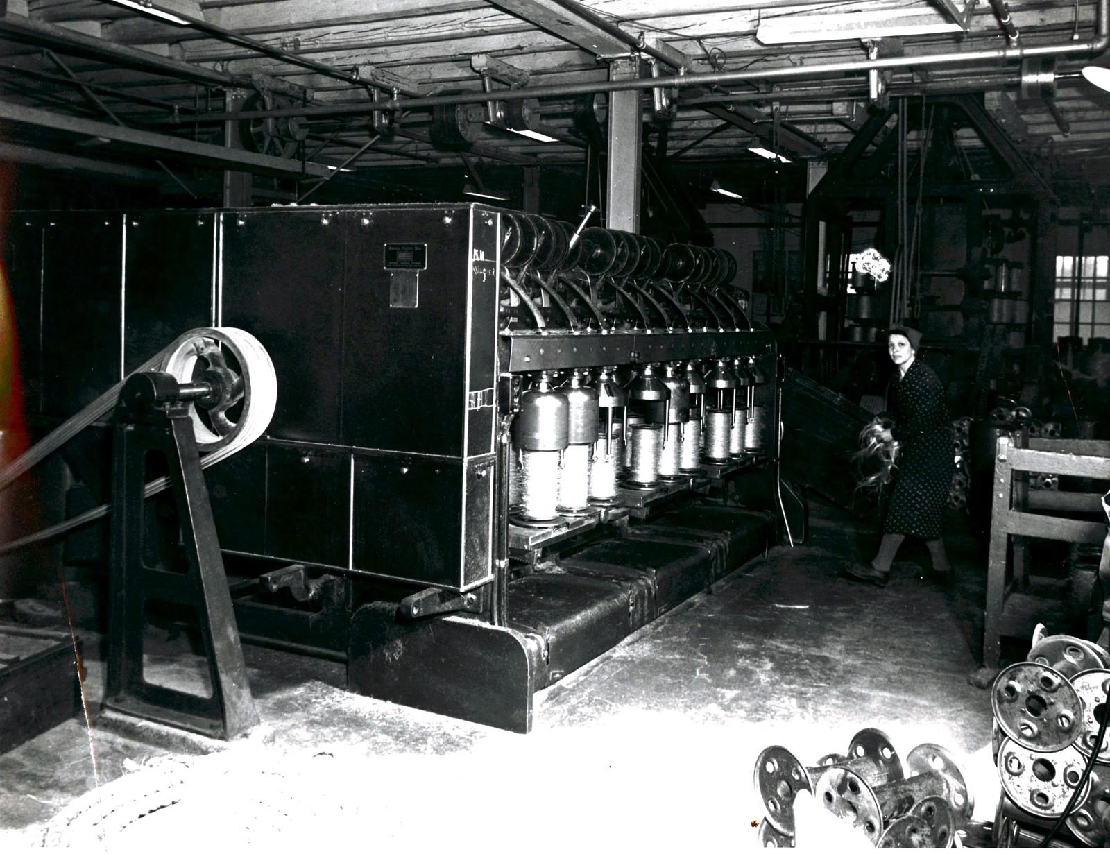 Kvinne i spinneriet ca. 1940. Fotograf ukjent?