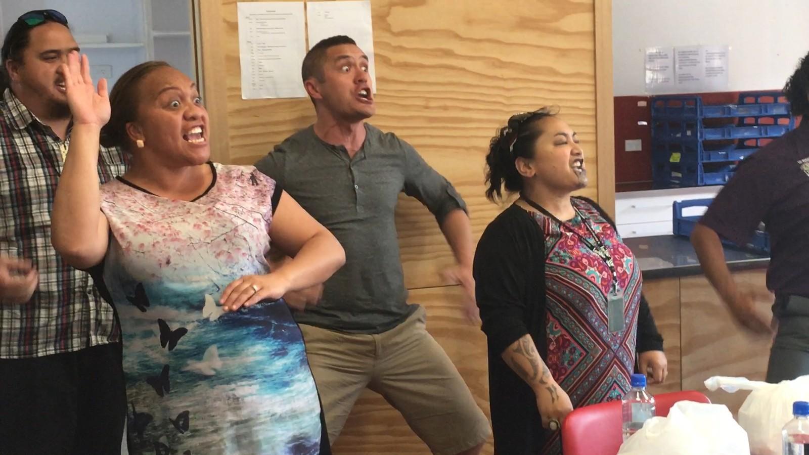 «Haka»-nammasaš soahtedánssa, maid maoriuniversitehta «Te Whare Wananga o Awanuiarangi» lavlunjoavku loaiddasta. / Her fremføres den såkalte «Haka»-dansen; maorienes tradisjonelle krigsdans, av koret «Te Whare Wananga o Awanuiarangi» fra det lokale maoriuniversitetet.