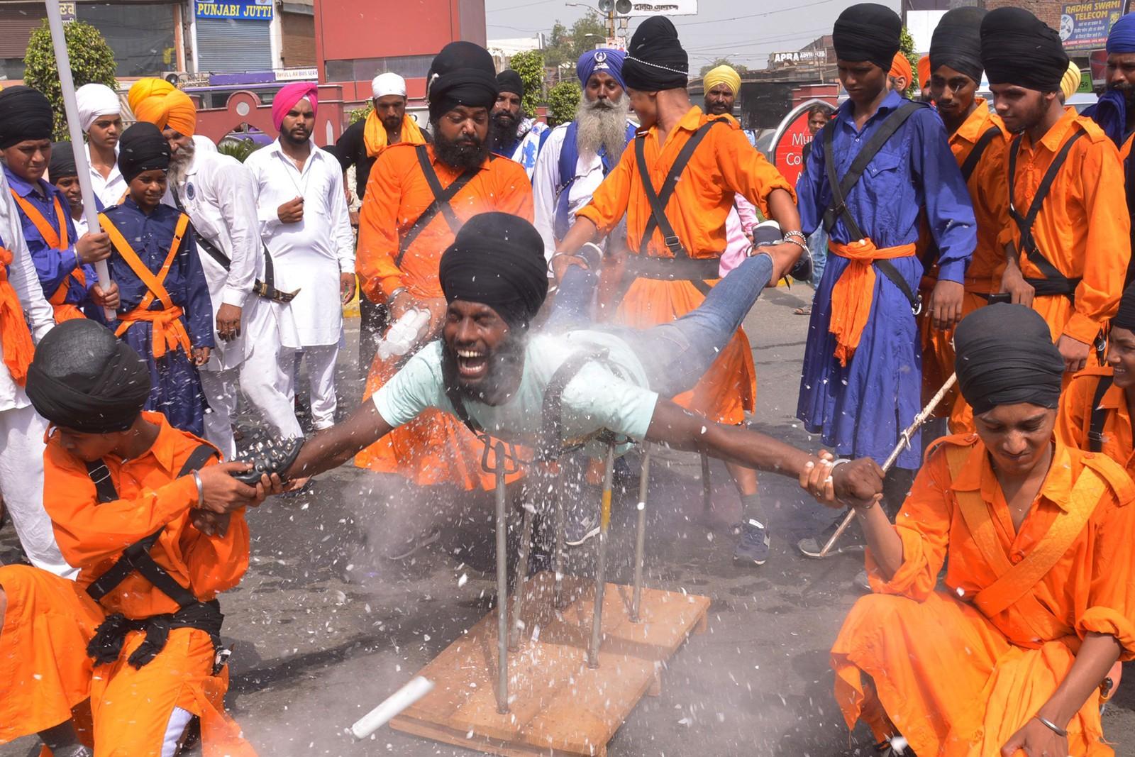En indisk sikh-kriger (Nihang) demonstrerer sine kampsport-ferdigheter, kalt Gatka. Opptredenen markerte 354 år siden den berømte sikh-krigeren Shaheed Baba Jiwan Singh ble født.