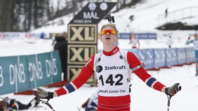 Isak Flo Bødal går i mål på Voss som vinnar av Norgescupen 2014. Foto: Rune Fossum, NRK.