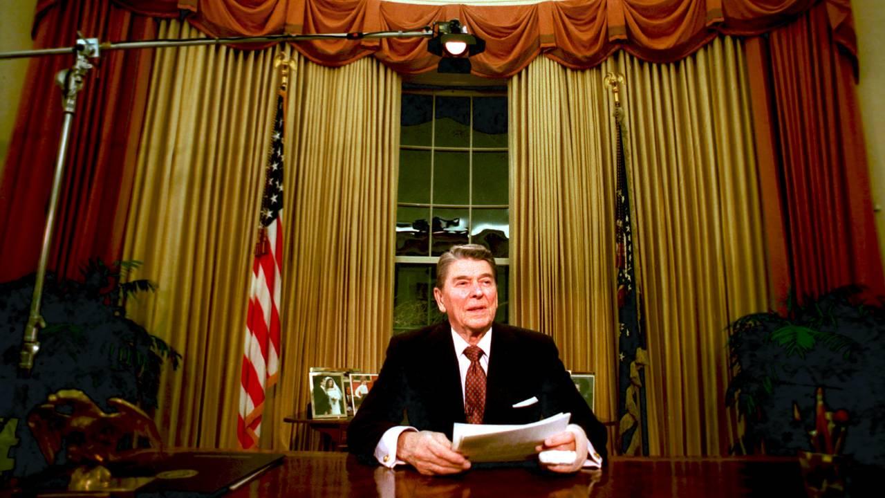 President Ronald Reagan i Det ovale kontor på slutten av sin presidentperiode i januar 1989.