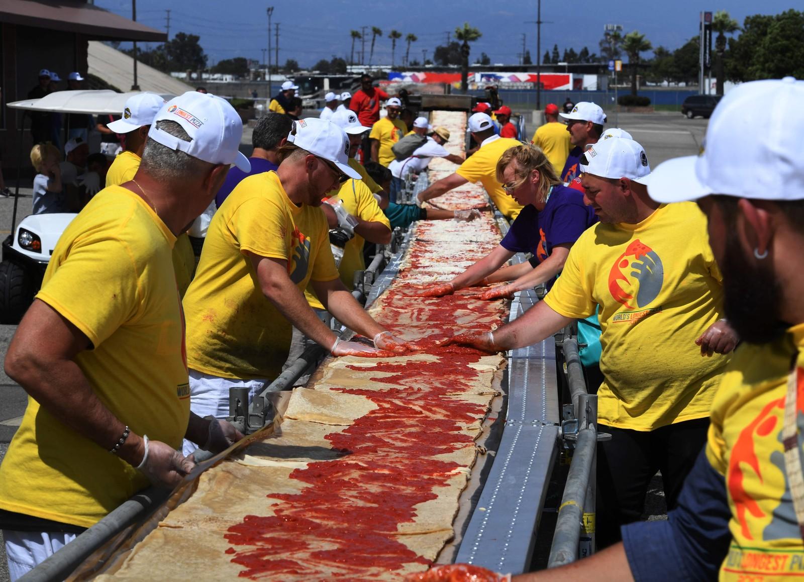 Nok en verdensrekord ble slått da denne gjengen laga verdens lengste pizza i Fontana, California. Den forrige rekorden var på 182 meter og ble satt i pizzabyen Napoli. Den nye rekorden er på hele 2130 meter (!).