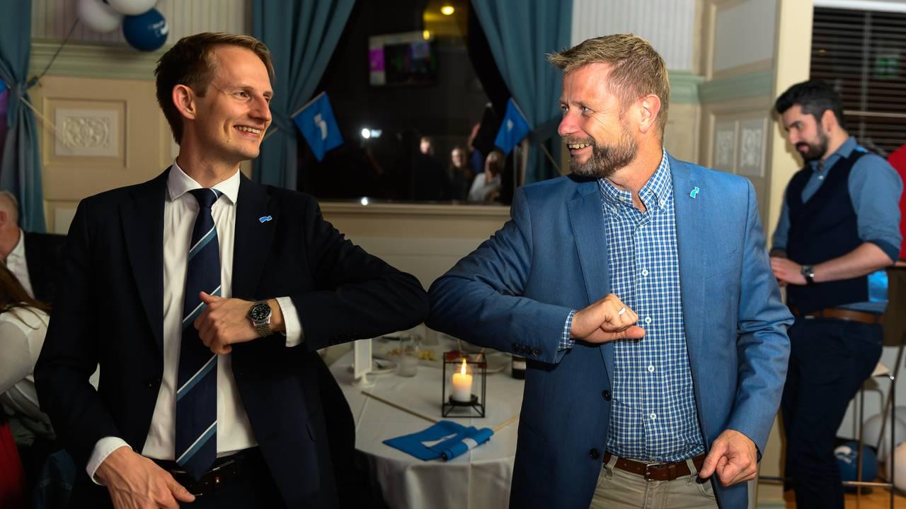 Bent Høie gratulerer Aleksander Stokkebø med stortingsplass under Høyre sitt valgvake på Gaffel og Karaffel i Stavanger
