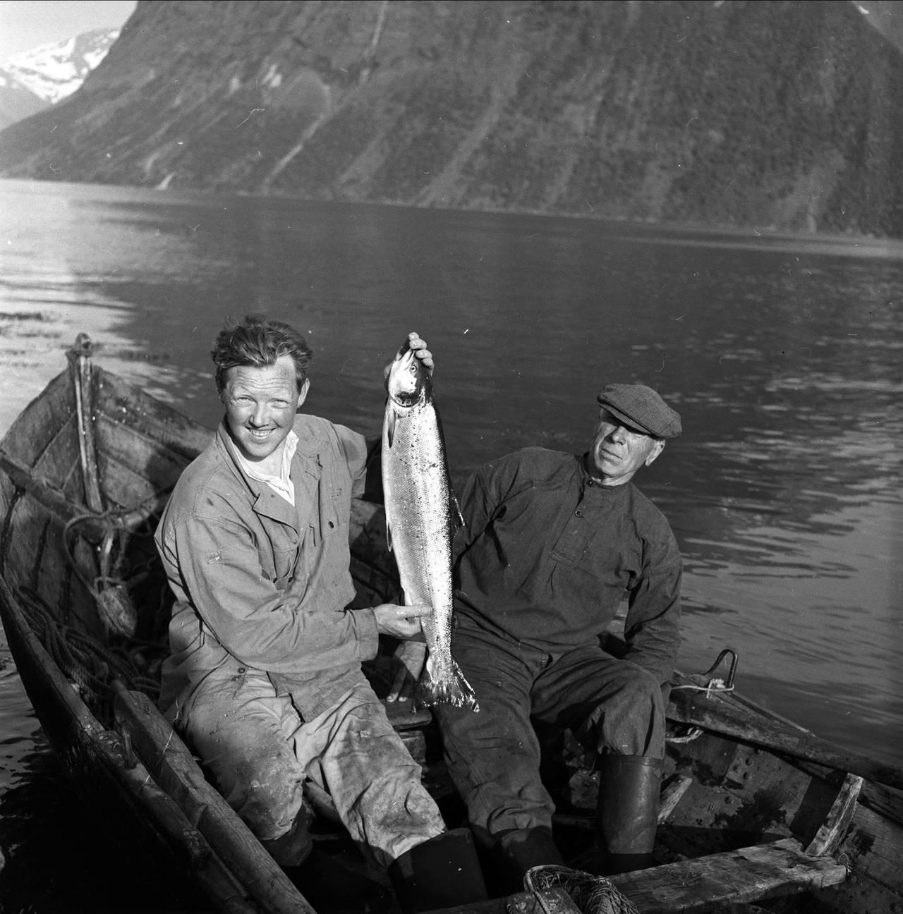 To fiskere fotografert av Johan Brun