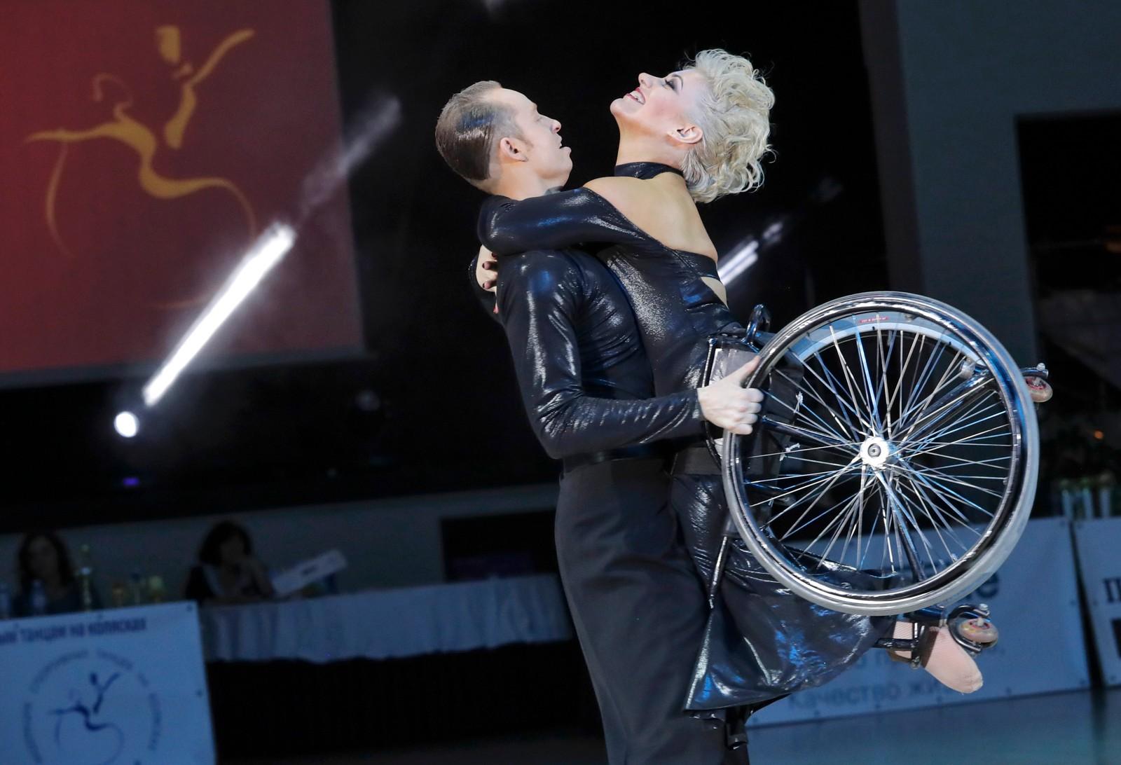 De russiske rullestoldanseparet Galina Ryzhkova og Vyacheslav Osipov svingte seg i dansen under et arrangement forrige helg.