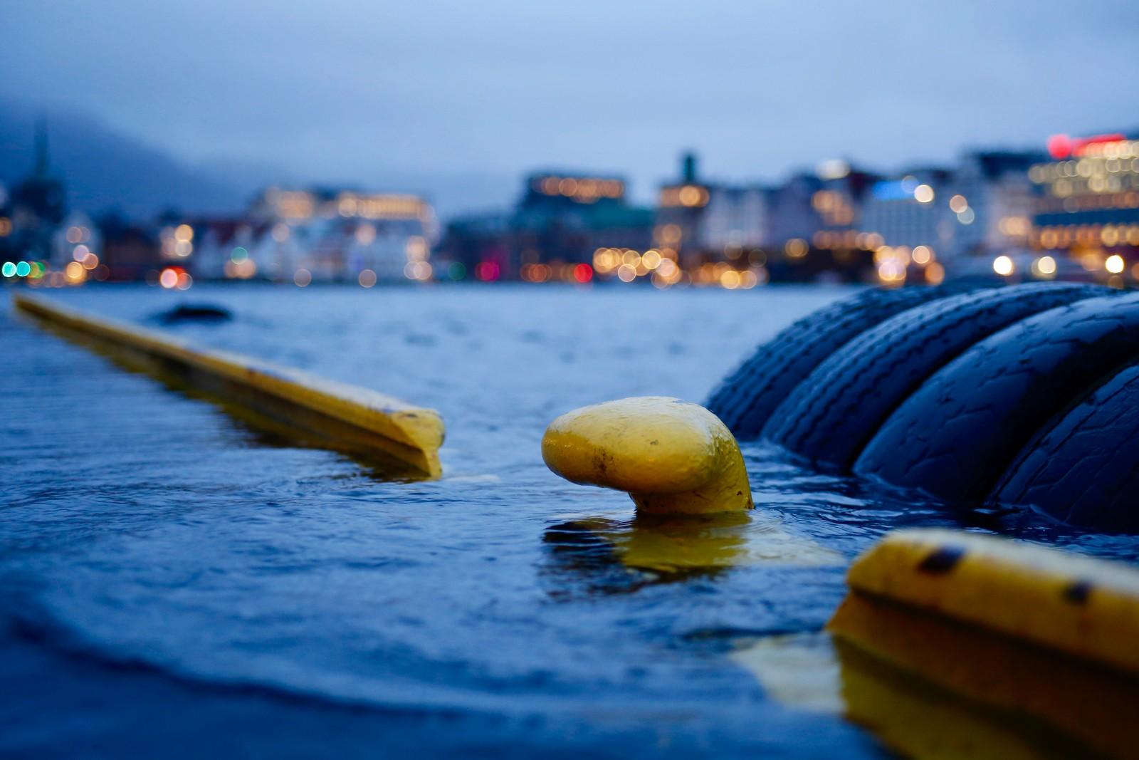 STIGER: Vannet begynte å stige over kanten på Bryggen i Bergen klokken 09.45.