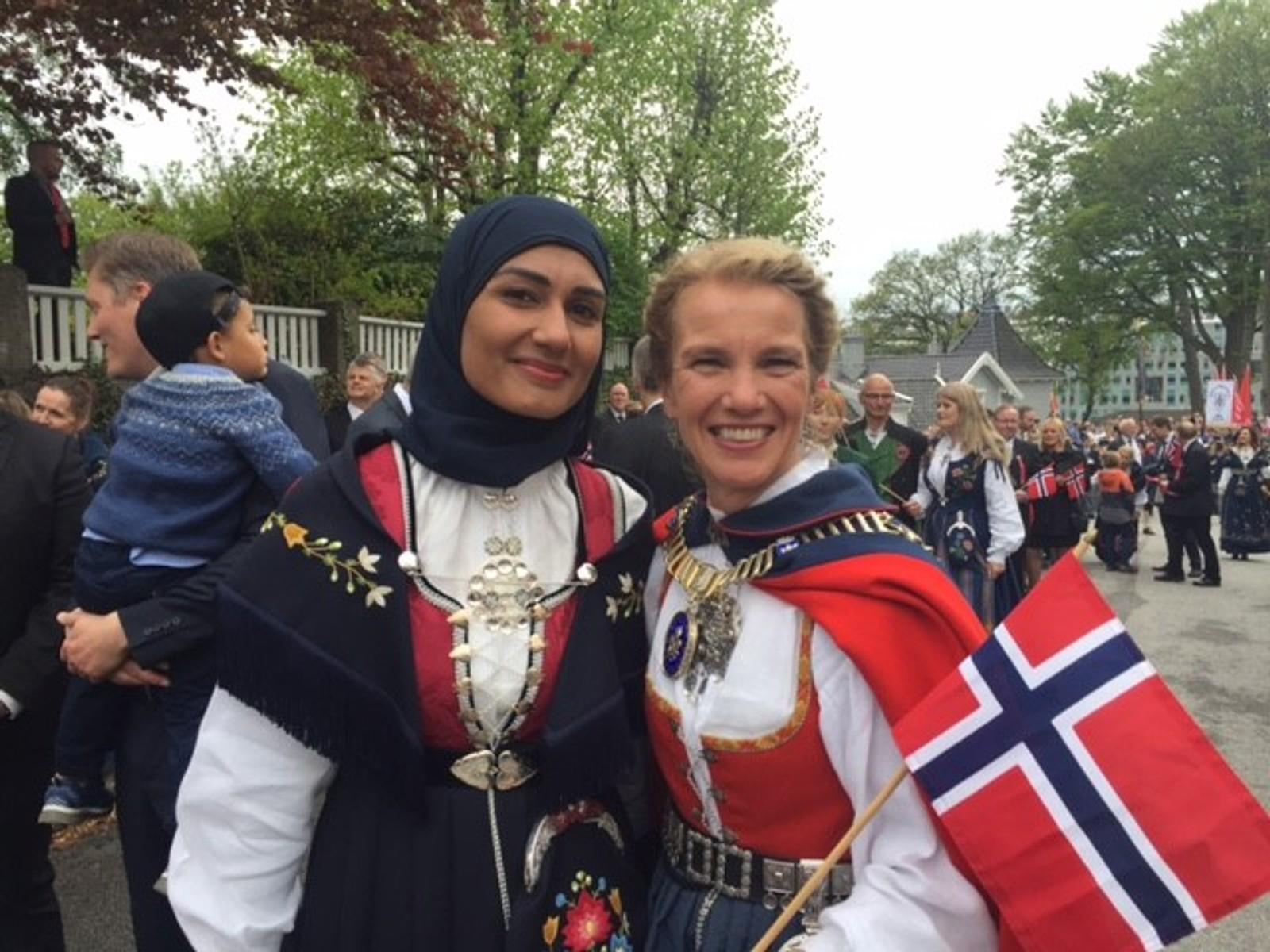 Arbeiderpartiets Sahfana M. Ali og ordfører Christine Sagen Helgø (H) var på plass for å se folketoget i Stavanger.