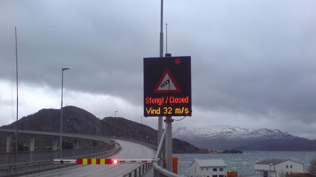Måløybrua blir stengd ved sterk vind. Brua er bygt for å tole vind på opptil 75 m/sek.Foto: Asgeir Reksnes, NRK.