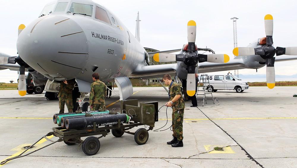 Bakkemannskaper utfører teknisk sjekk på et Orion-fly på Andøya flystasjon
