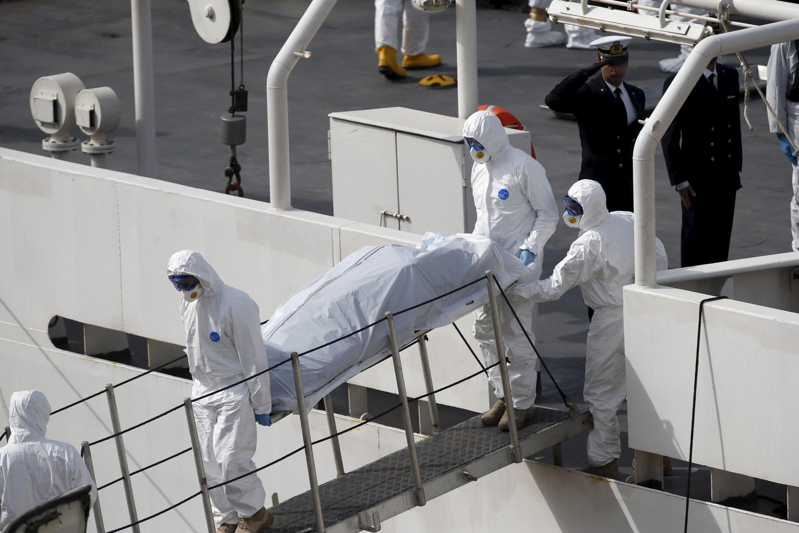 En druknet båtflyktning bæres i land på Malta 20. april 2015. Nå frykter myndighetene at opptil 900 kan ha mistet livet i forliset.