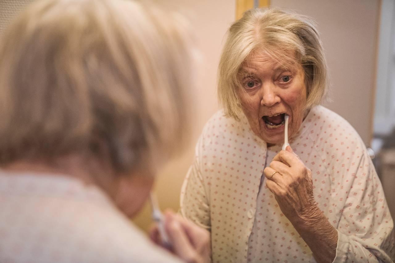 Randi pusser tennene i speilet
