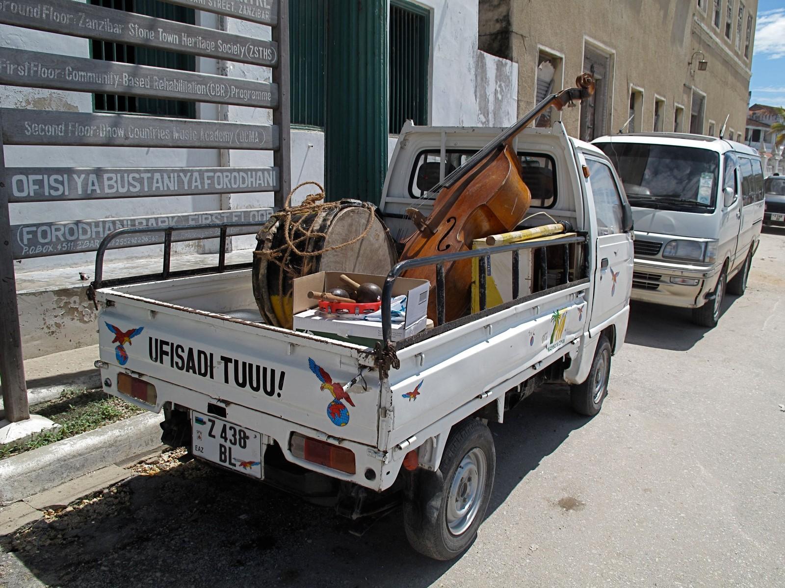 En vanlig måte å frakte kontrabassen sin på Zanzibar.