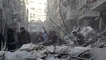 Innbyggere i Aleppo ser på skadene