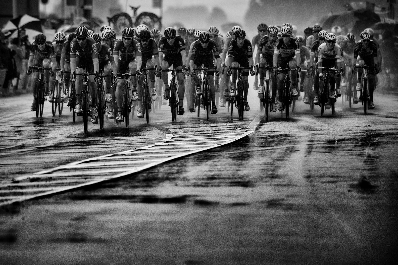 Det regnet voldsomt på den andre etappen. AFP PHOTO / ERIC FEFERBERG 560071691