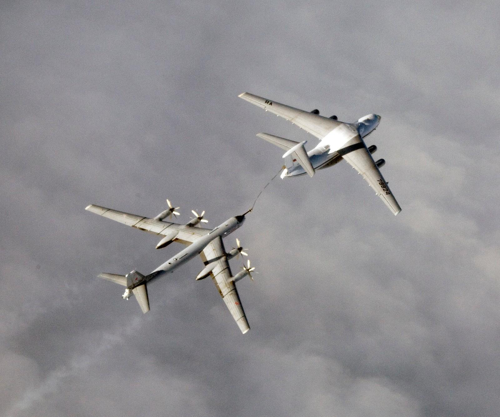 Ilyushin Il-78 (NATO-kallenavn Midas) og Tupolev Tu 95MS (NATO-kallenavn: Bear).