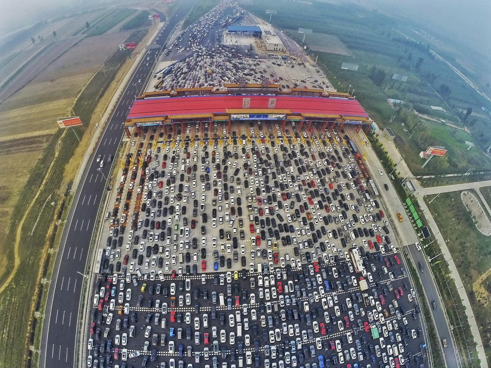 Det ble fullstendig trafikkaos da 750 millioner kinesere skulle hjem fra ferie. En 50-felts motorvei ble nærmest en gedigen parkeringsplass rundt denne bomringen utenfor Beijing.