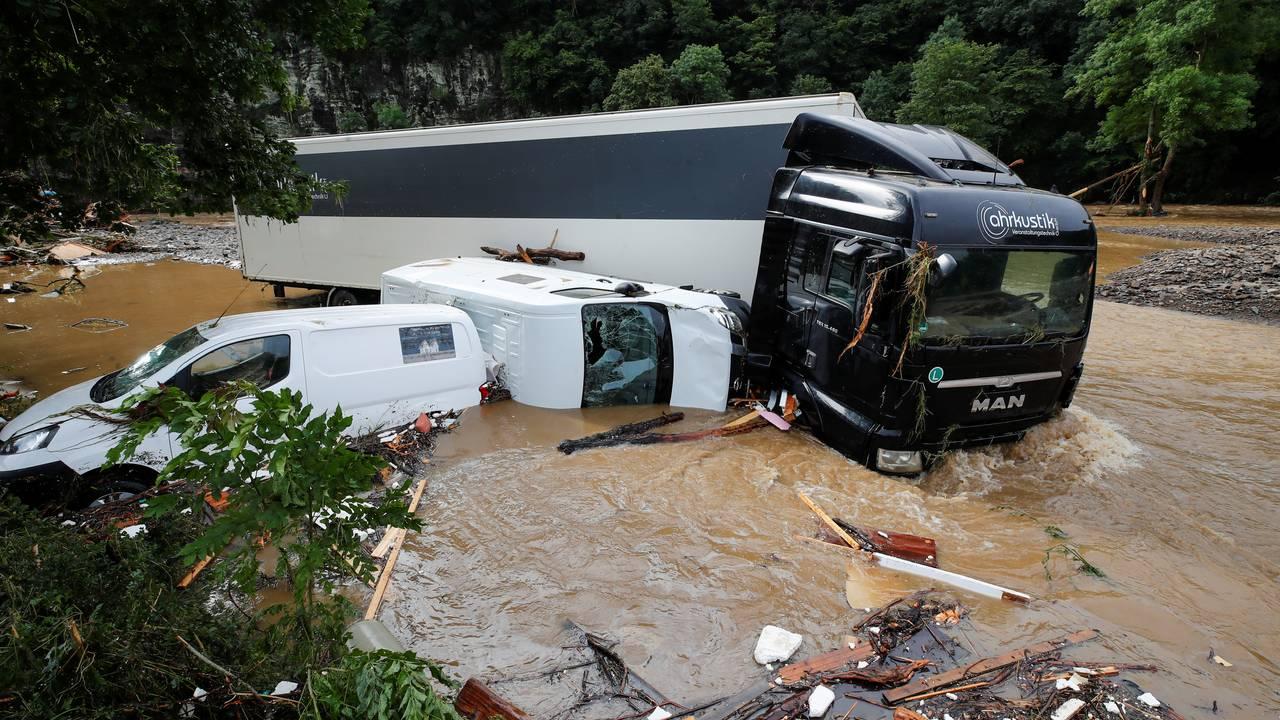 Biler og lastebiler ble tatt av vannmassene.