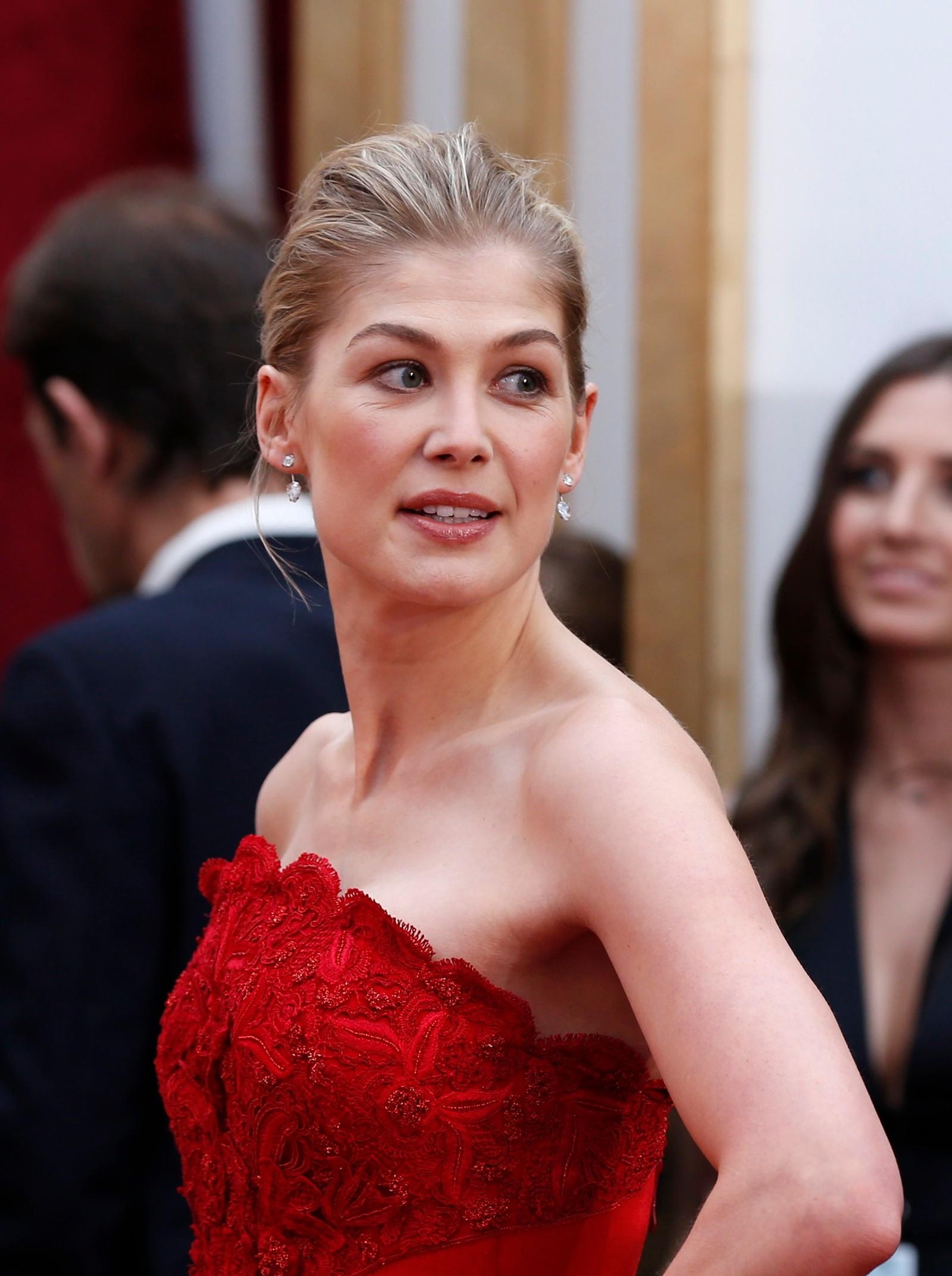 NUMMER TO: Kul og vakker på samme tid, mener NRKs ekspert om Rosamund Pikes kjole.