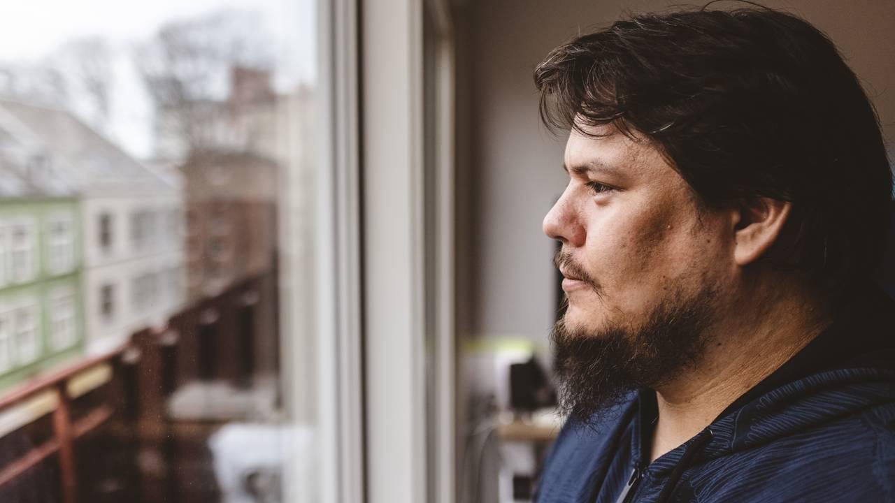 Jan-Erik Undseth ser ut vinduet sitt på Ila