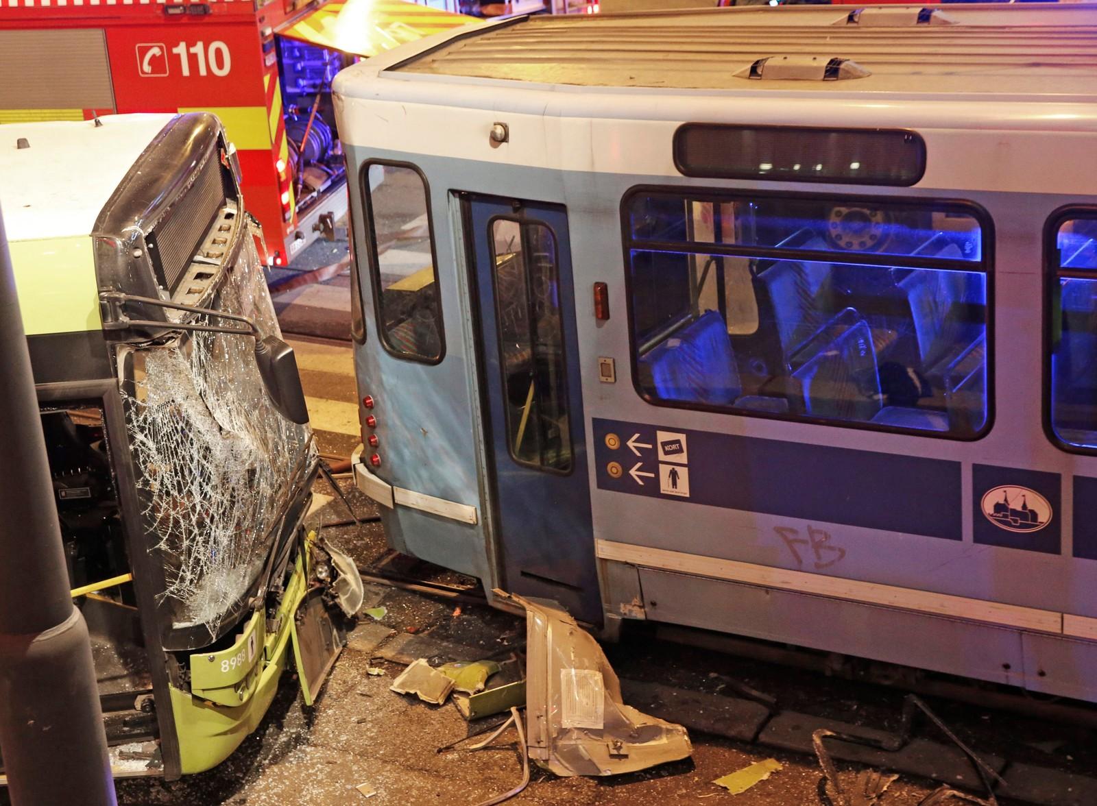 En trikk og en buss kolliderte sent tirsdag ettermiddag i krysset Munkedamsveien/Cort Adelersgate i Oslo. 13 personer ble er tatt hånd om av helsepersonell. Store styrker fra redningsetatene var raskt på stedet. Foto: Terje Bendiksby / NTB scanpix