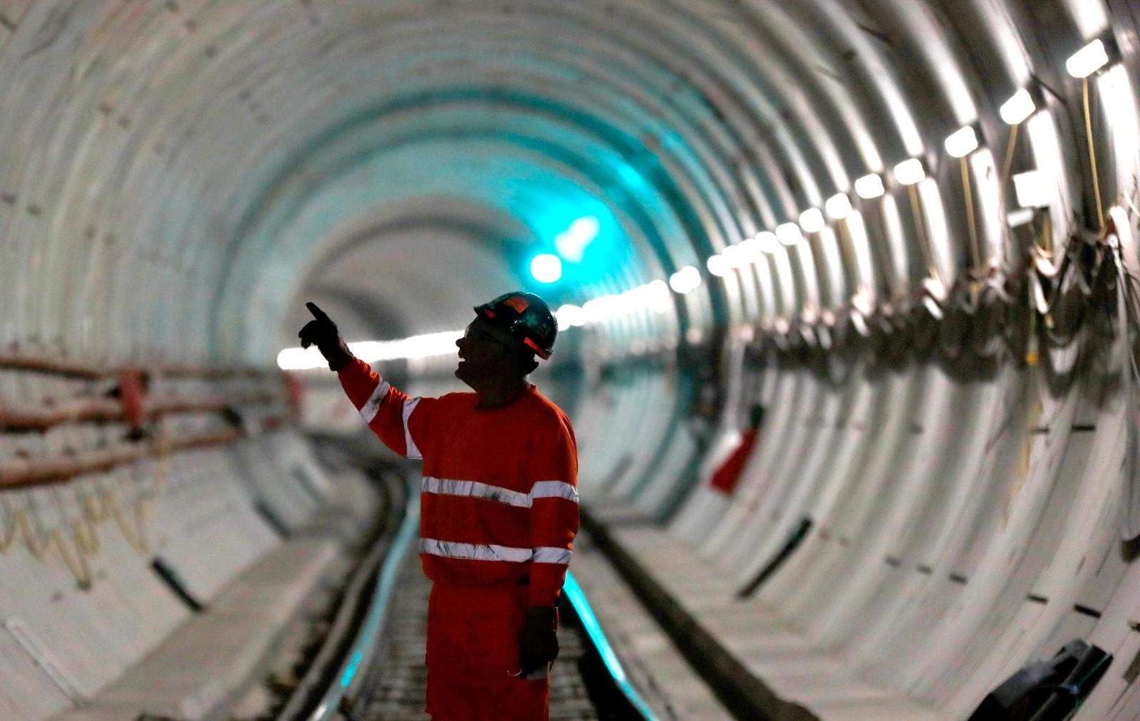 Jernbaneprosjektet Crossrail, som skal døpes Elizabeth Line når det er ferdig er Europas største byggeprosjekt. Tunellen kommer til å knytte vest og øst i London sammen når den åpner i 2018, og det er forventet at 200 millioner mennesker kommer til å bruke den hvert år.