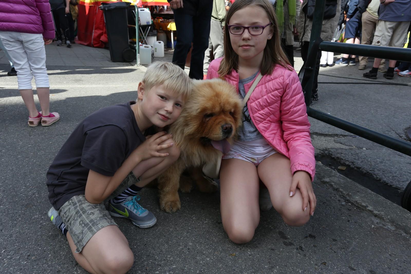 Tor Allan Larsen og Nora Sofie Larsen med hunden King.