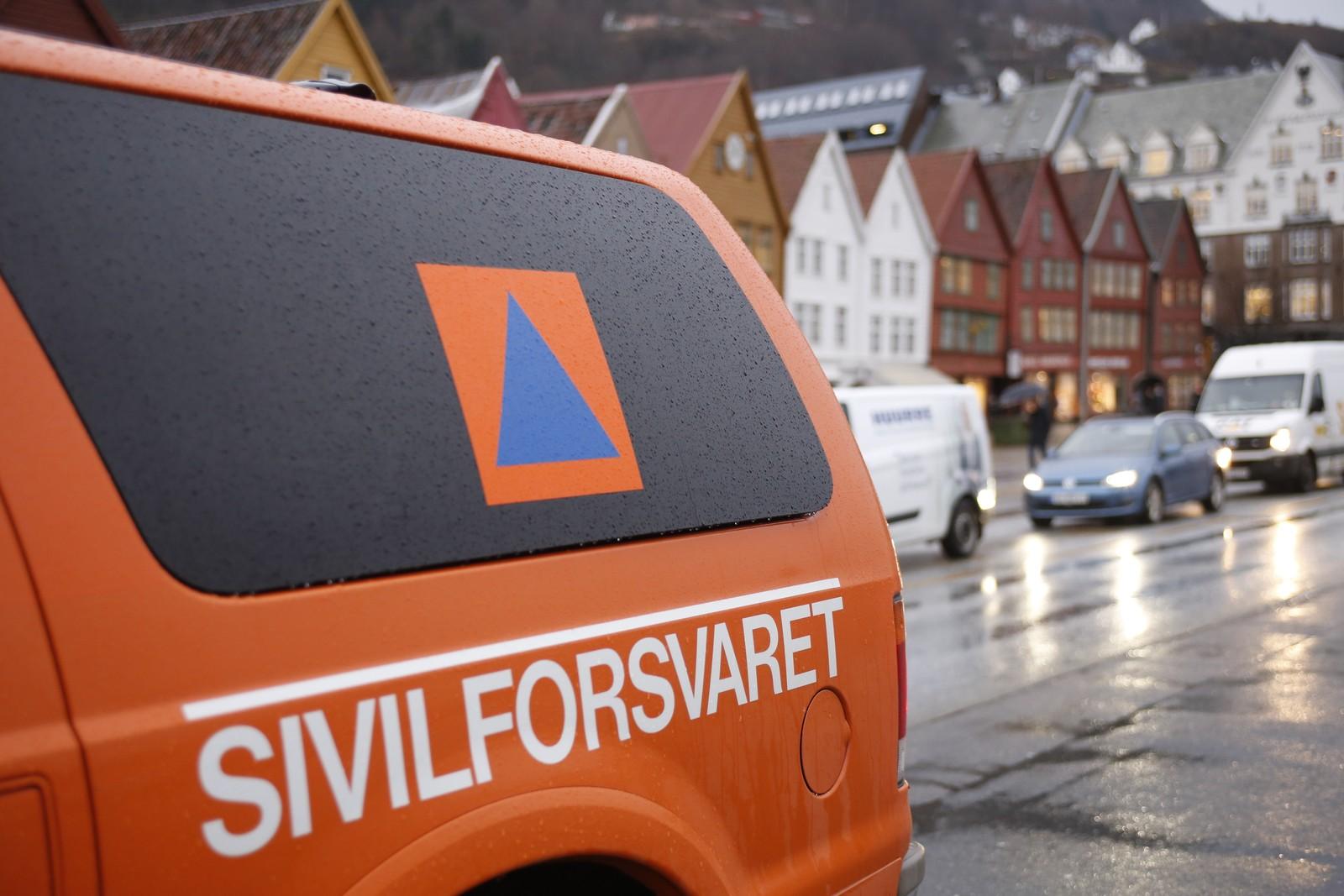 Mange offentlige etater var i beredskap under ekstremværet. Her er Sivilforsvaret på plass på Bryggen i Bergen.