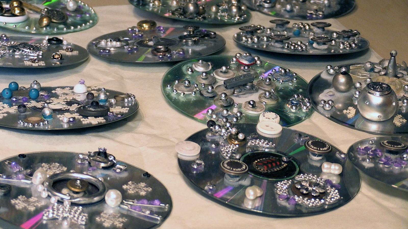 CD-plater + fingerbøl + knapper + diverse = sølje til plastbunad!