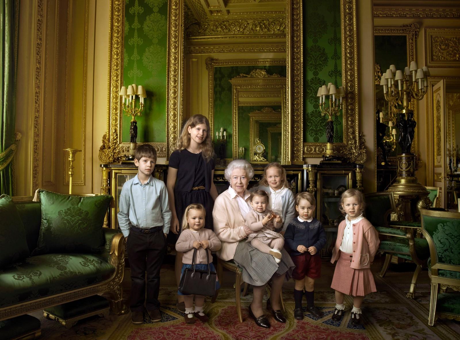 Det var ikke nødvendigvis dronning Elizabeth som ble snakkisen på nett etter at dette offisielle bildet ble sluppet fra Buckingham Palace i anledning 90 års-dagen. Den søte veskeholderen Mia Tindall (2) førte til Twitter-meldinger av typen «Flytt deg George, dette bildet handler kun om Mia Tindall!»