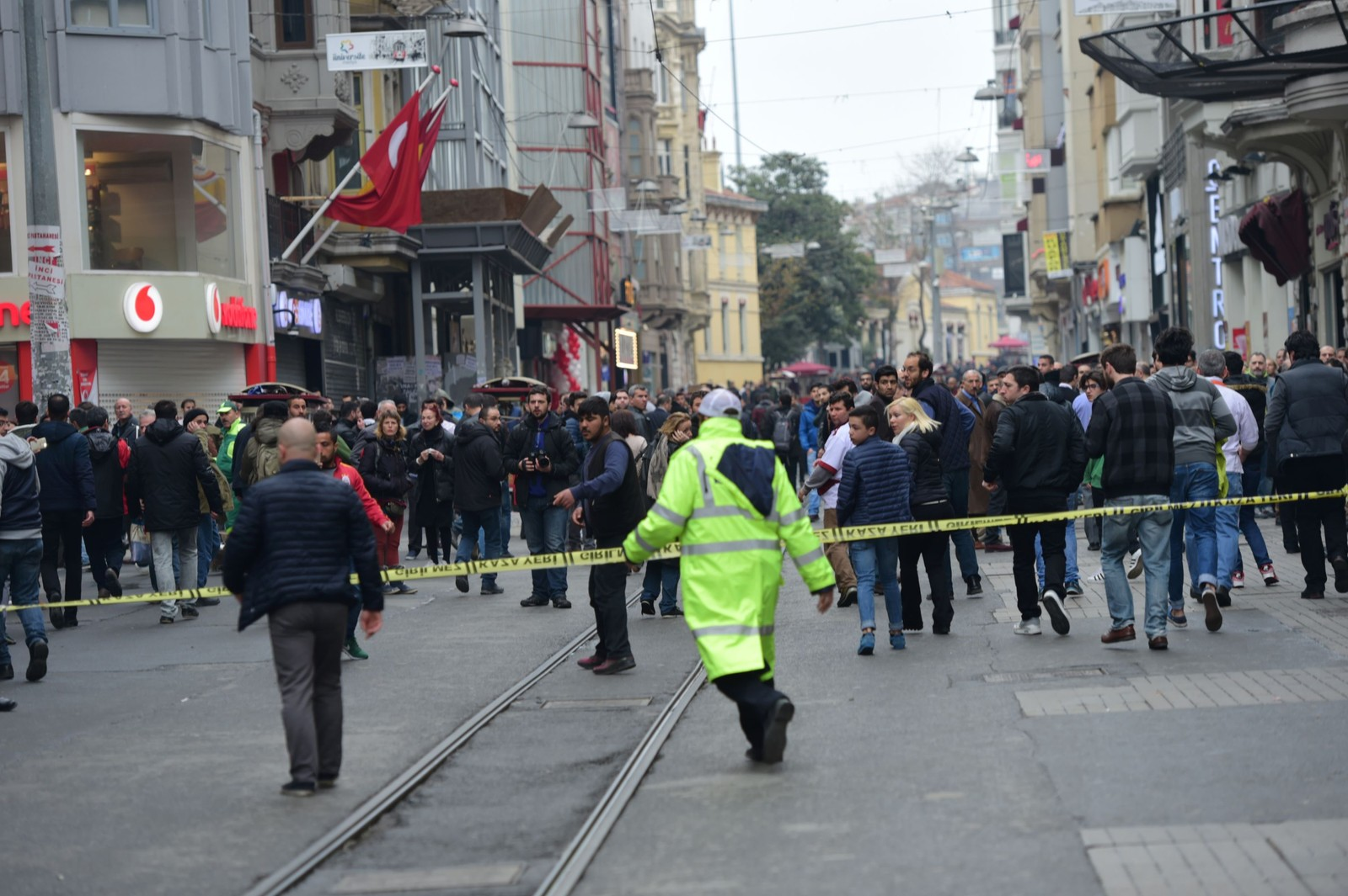 Eksplosjonen skjedde i Bato-gaten som er en av mange parallellgater til Istiklal-gaten. Istiklal er storbyens største handelsgate og flere millioner mennesker ferdes her i helgene