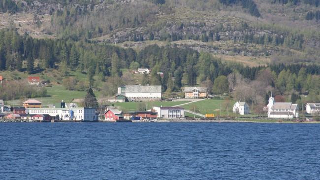 Holmedal var ein del av Fjaler til 1990. Dette biletet er teke frå Straumsnes. Der er det kort veg over fjorden til Holmedal, og det er lett å forstå at bygdene høyrde til same kommunen i den tida båten var det viktigaste framkomstmiddelet. Foto: Ottar Starheim, NRK.