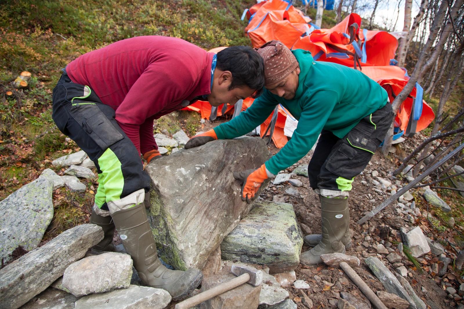 To sherpaer er hyret inn som eksperter for å legge steintrappene.