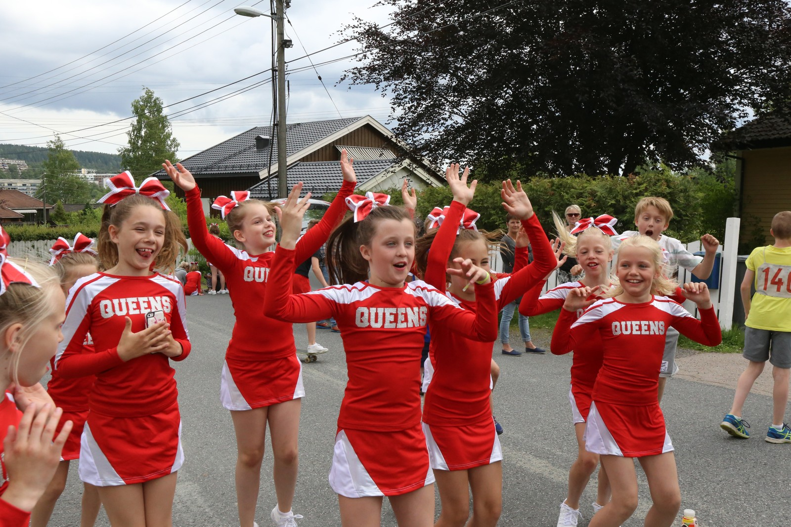 DEMONSTRASJON: Cheerleaderne fra Viqueens viser frem trinnene i Blime-dansen i en pause i innspillinga.