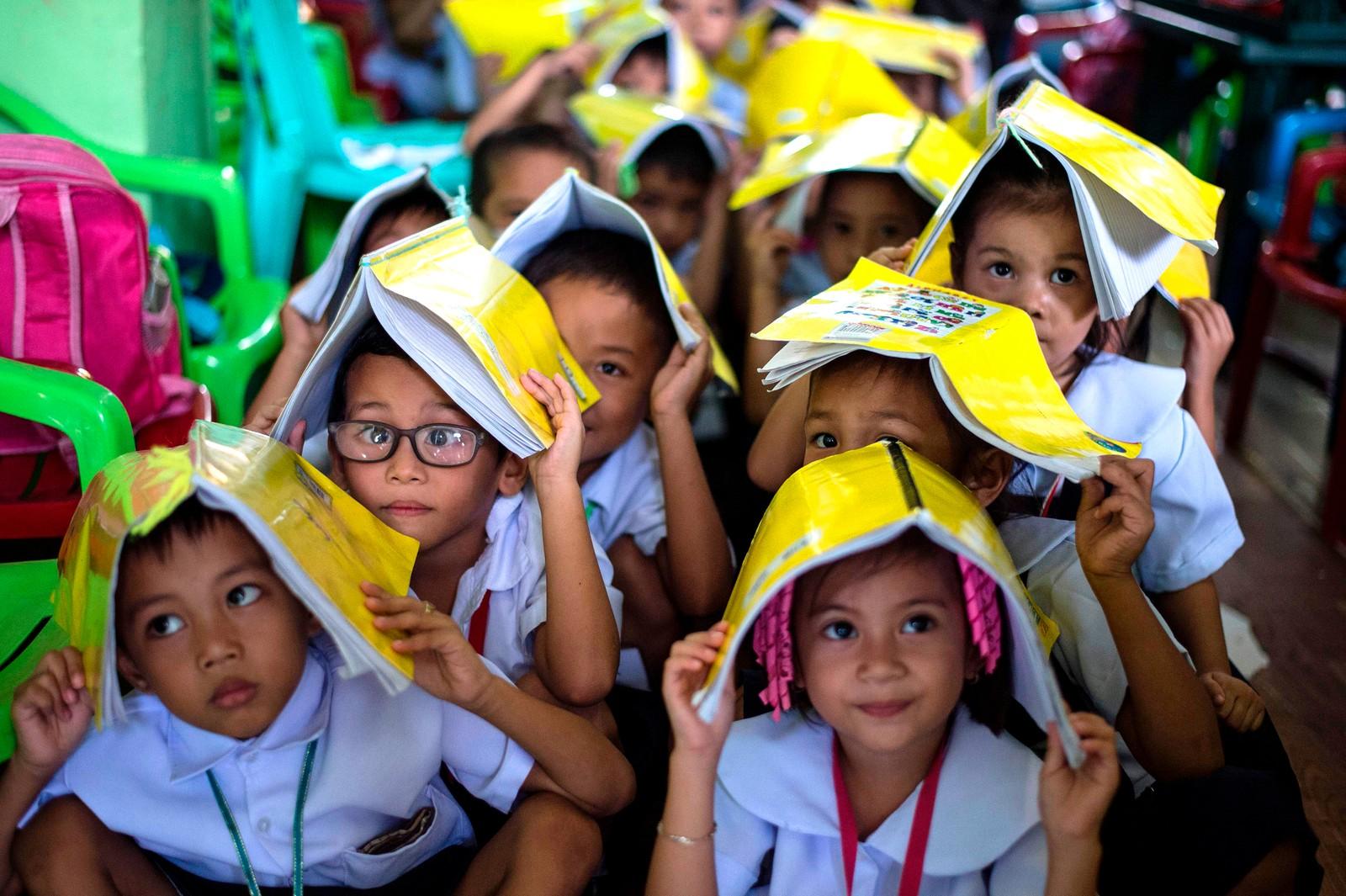 Det er bare på liksom. Filippinske skolebarn øver på hva de skal gjøre under et eventuelt jordskjelv i Manila.