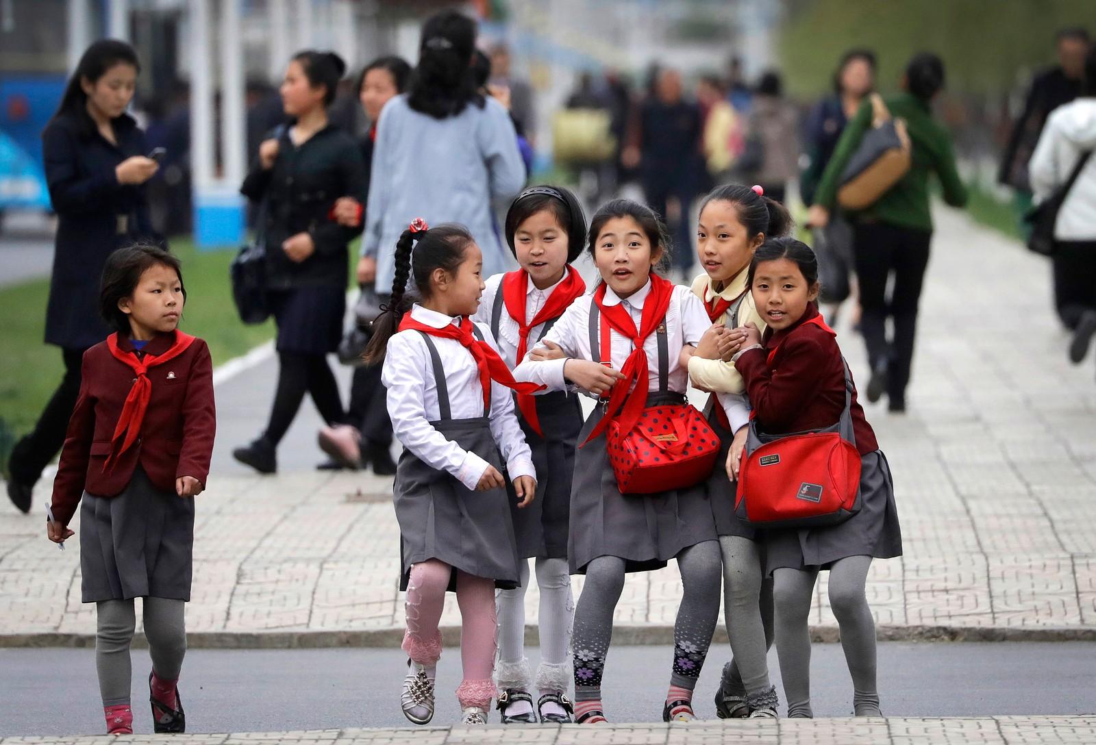 Nordkoreanske skolejenter oppdager plutselig fotografen i Pyongyang.