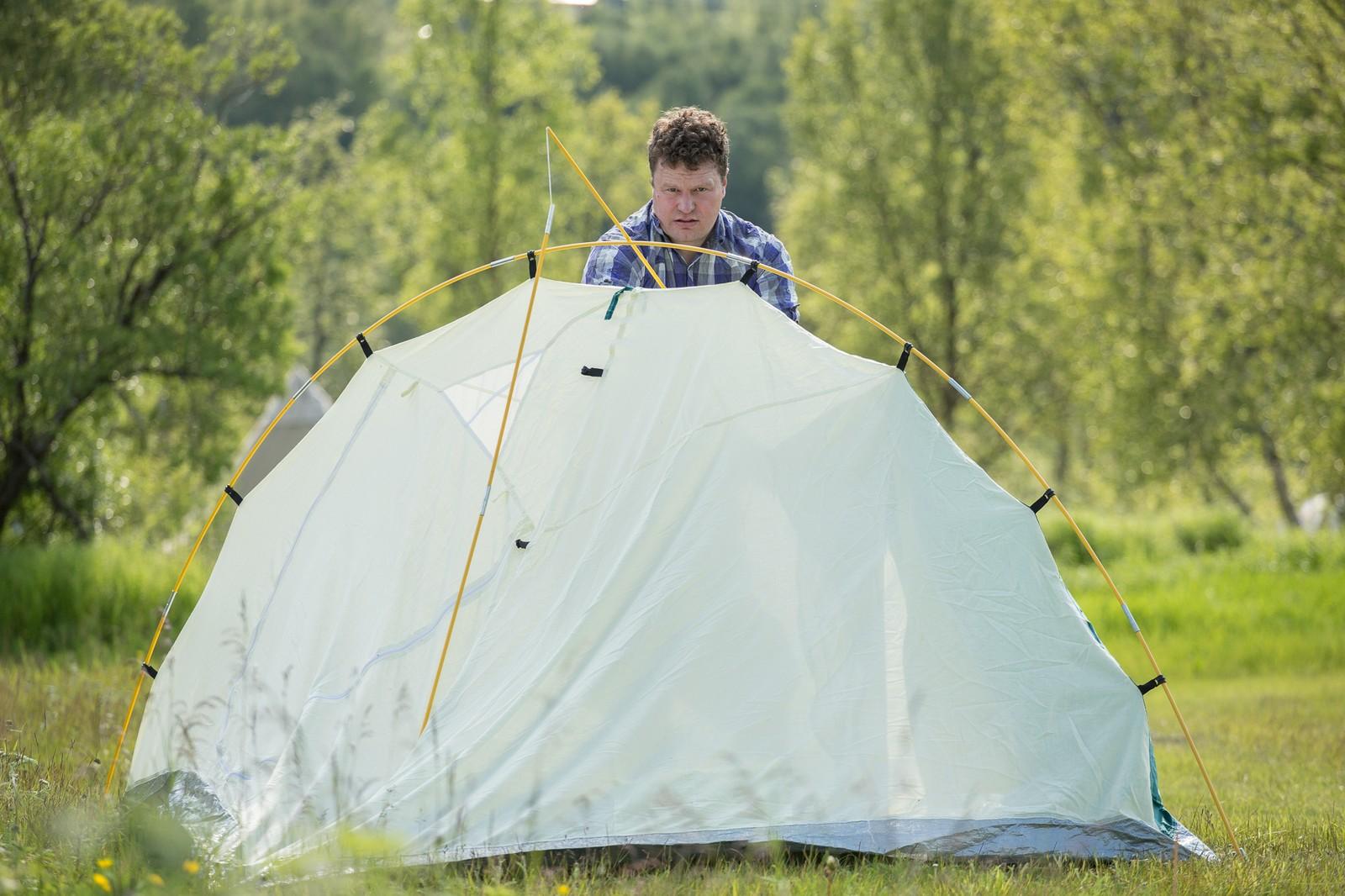Å få opp teltet er en viktig del av festival-livet.