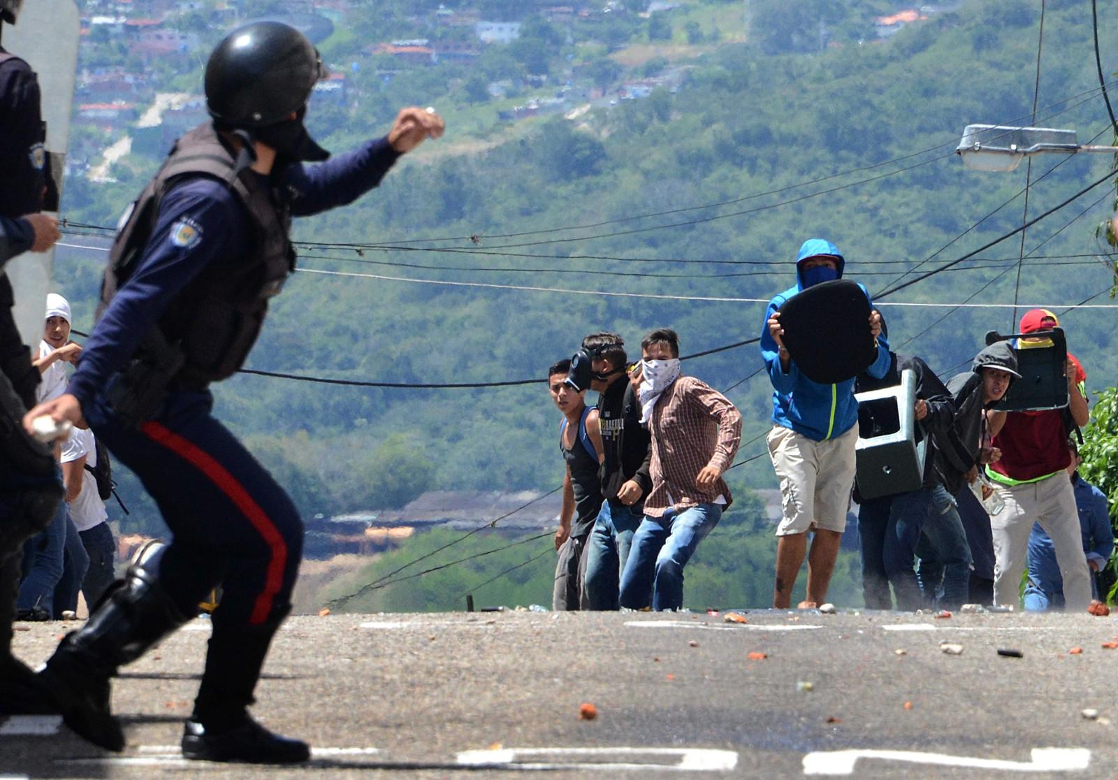 Opprørspolitiet kastet tåregass mot studenter som demosntrerte mot presidenten under en demonstrasjon i San Cristobal 24. oktober,