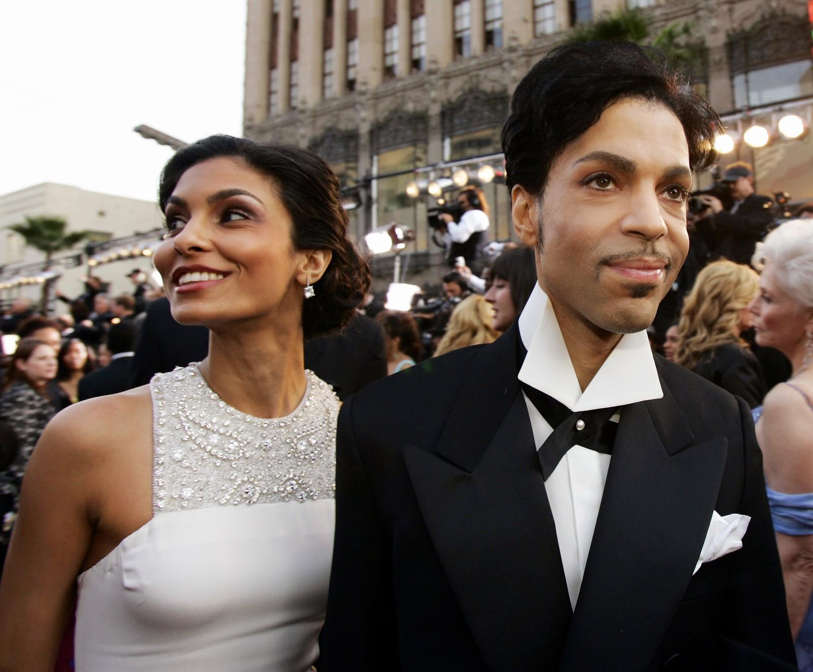 Prince ankommer med sin kone, Manuela Testolini, til Oscar-utdelingen i 2007. Artisten ble 57 år gammel.