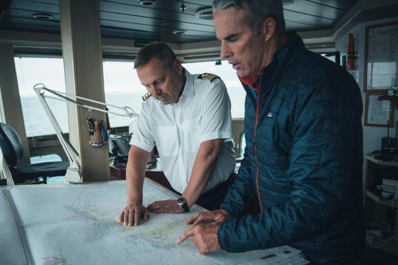 Lewis Pugh (til høyre) har forberedt klimakampanjen sin lenge. Han trener i seks måneder for å være best mulig forberedt før han legger ut på denne type svømmeturer.