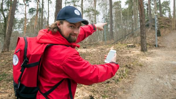 Mann på tur med mobil på jakt etter geocaching-skatter - Foto: Sindre Thoresen Lønnes / DNT