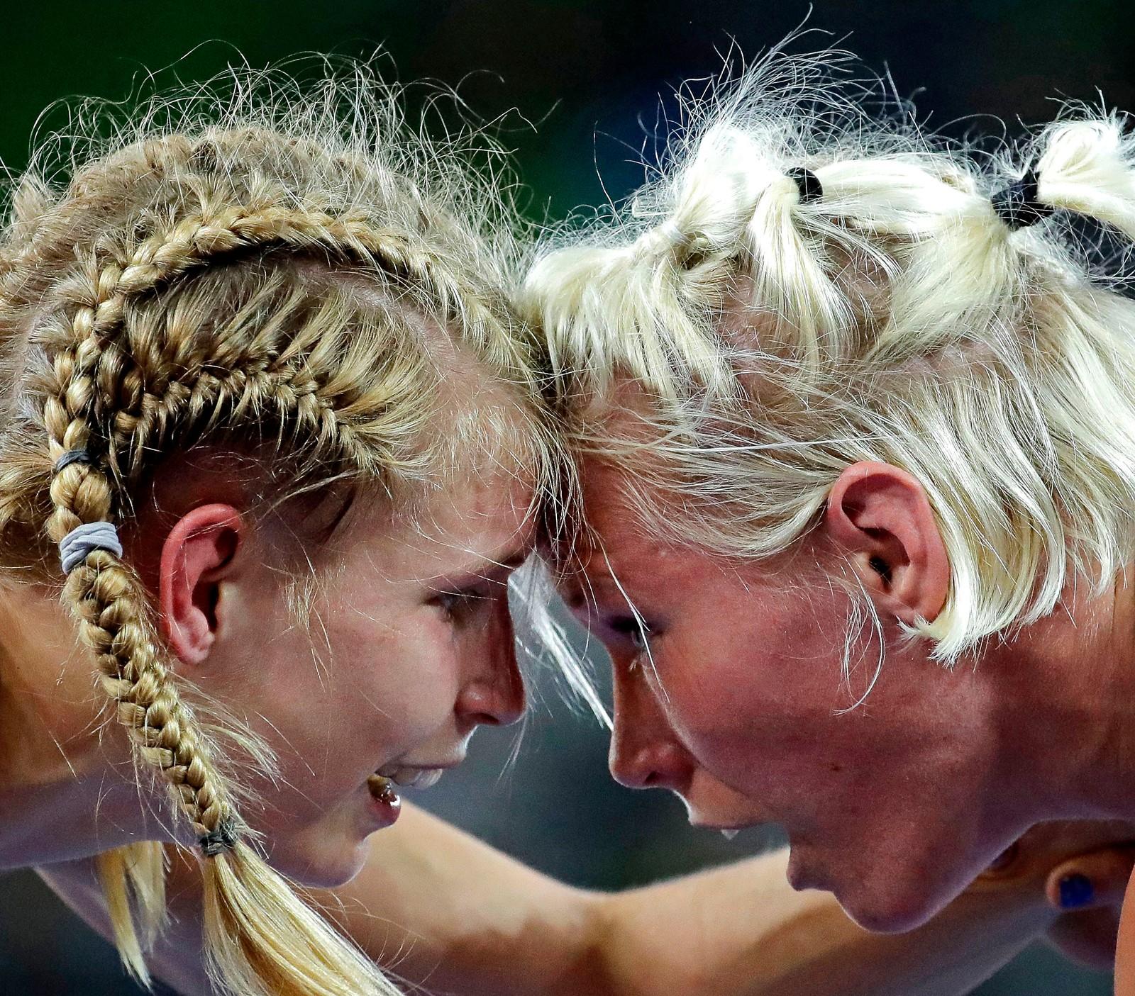 En duell, ansikt til ansikt. Aline Focken fra tyskland (t.v.), og svenske Anna Jenny Fransson har et øyeblikk under brytekampen i 69 kilosklassen i OL i Rio i Brasil den 17. august. Fransson vant kampen og gikk til semifinalen.