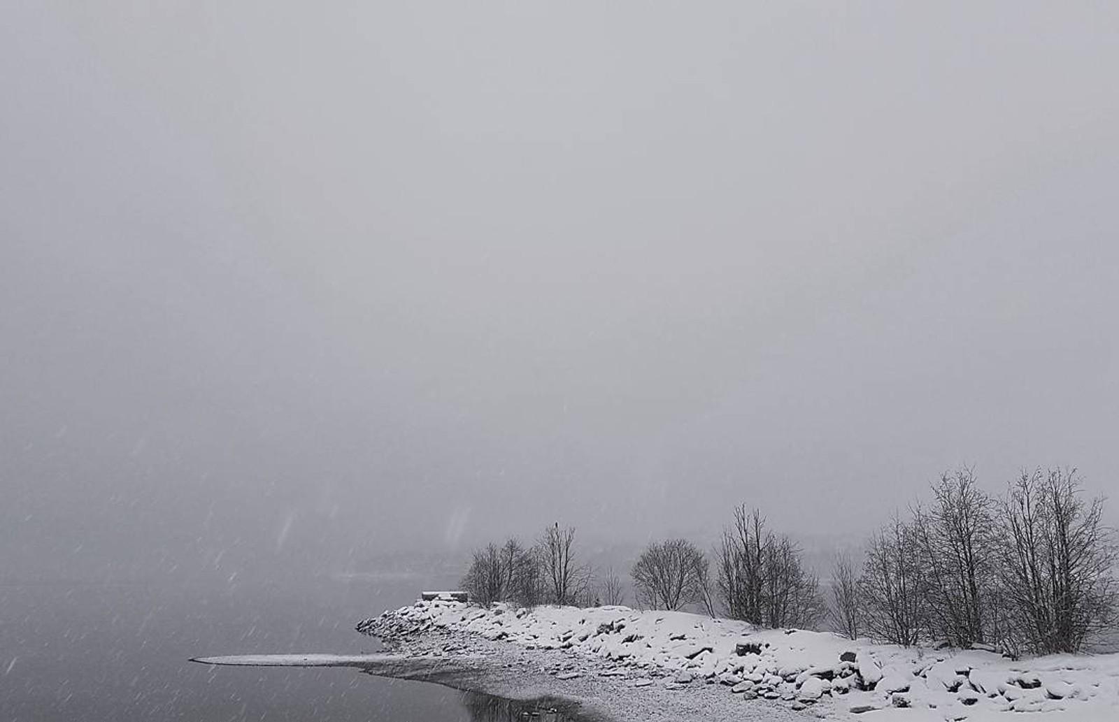 Meir snø på veg mot Ytteren i Mo i Rana.