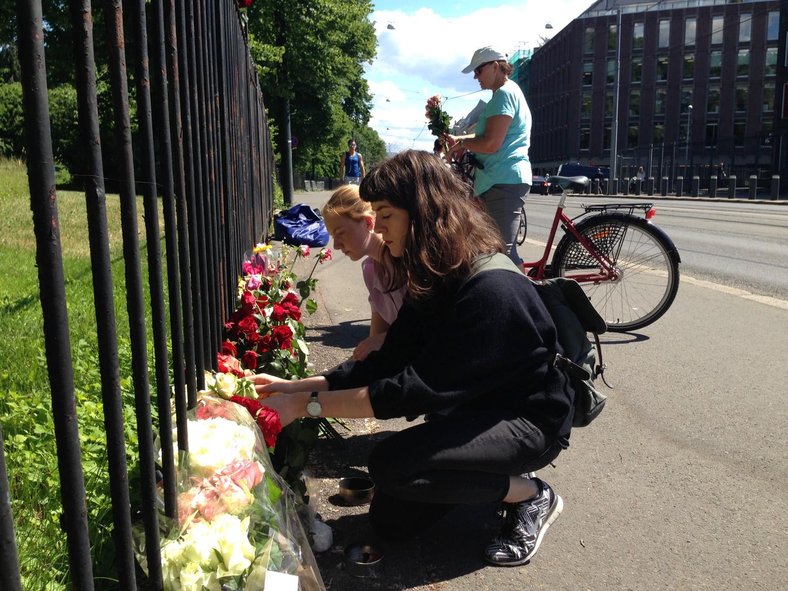 NORGE: Mandag morgen viste mennesker sin støtte ved å legge ned blomster utenfor USAs ambassade i Oslo for å minnes ofrene for skytemassakren.
