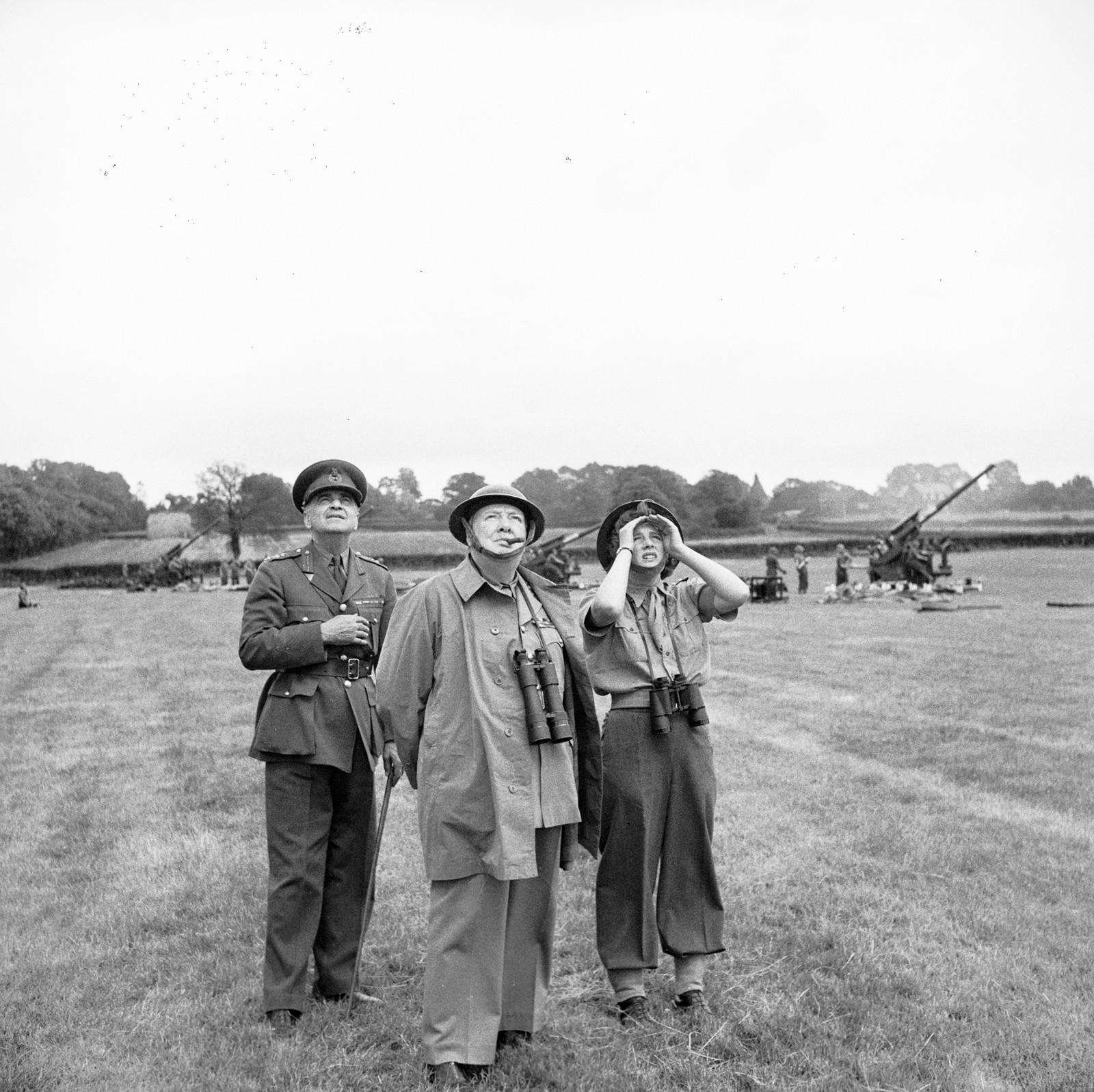 Statsminister Winston Churchill sammen med datteren Mary og general Sir Frederick Pile observerer anti-luftvern raketter mot tyskernes V1-bomber 30 juni 1944