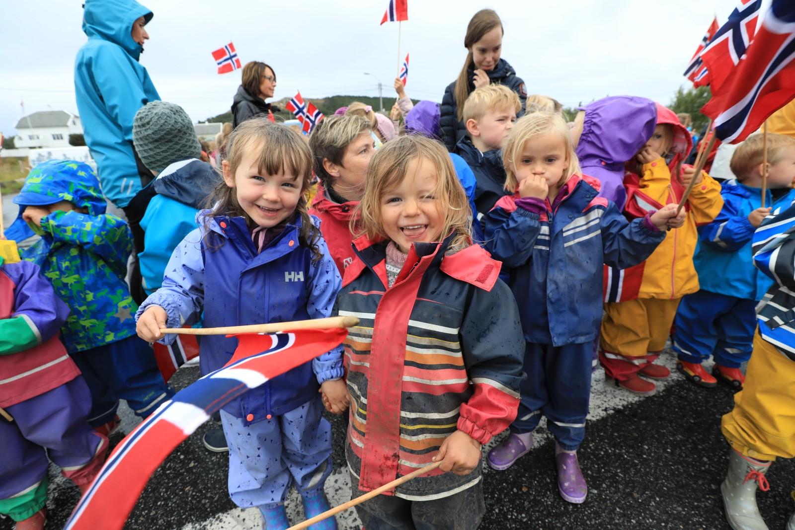 Barn fra Myra barnehage på Valderøya hadde møtt opp for å få et glimt av Kong Harald.