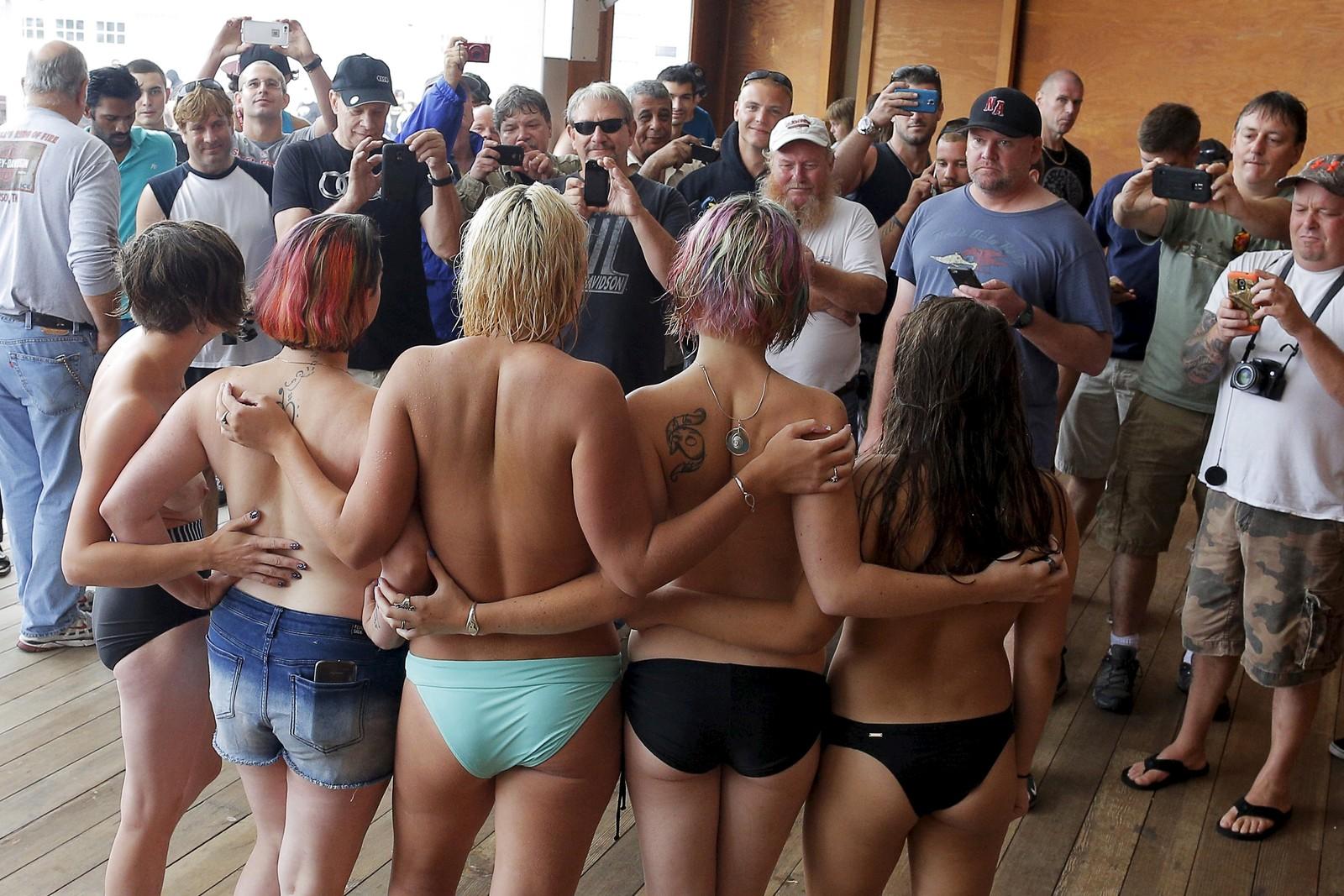 """Toppløse aktivister poserte for fotografene under en såkalt """"Free the nipple""""-demonstrasjon i New Hampshire, USA denne uka. Demonstrantene ønsket større aksept for toppløs soling på stranda."""