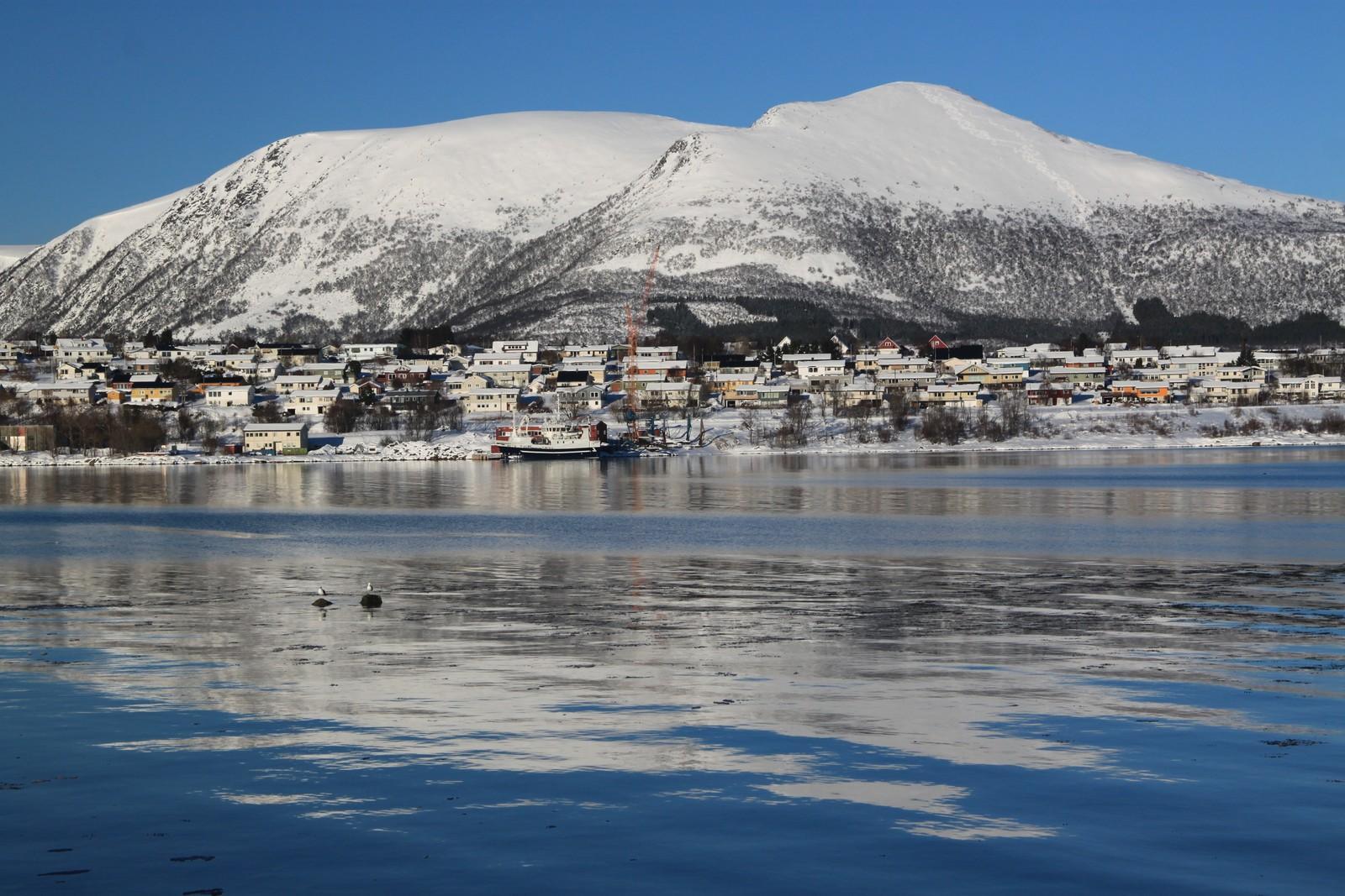 Bildet er tatt på Stokmarknes i Vesterålen over Langøysund til Burøya og fjellet Hallartind.