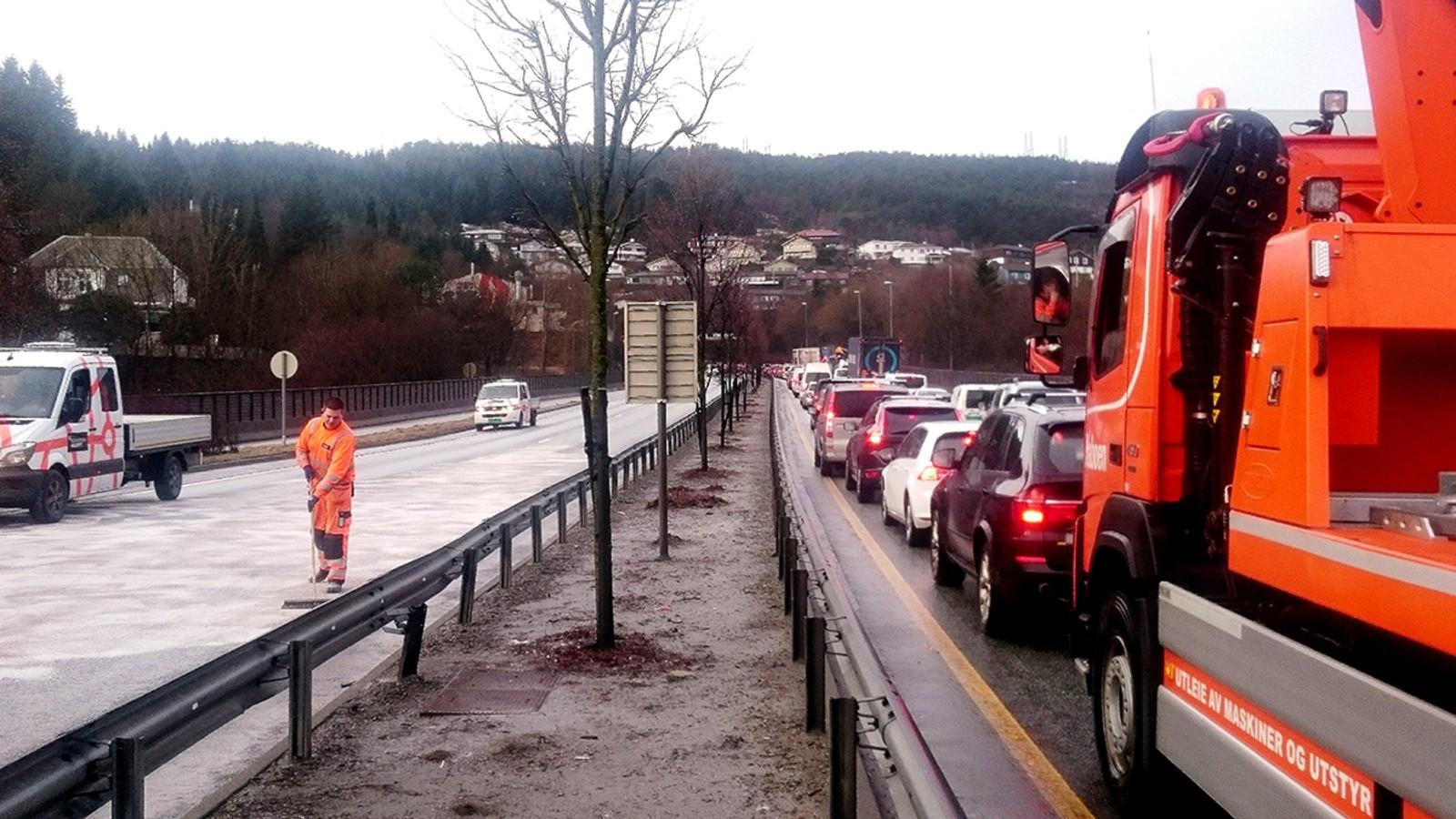 Nesten tre og en halv time etter ulykken var veien fremdeles stengt. Her skrubbes veien for oljesøl og vrakrester i 10-tiden. Samtidig hopet køen seg opp i motsatt retning, fordi all trafikk stoppet opp i Bergen sentrum.